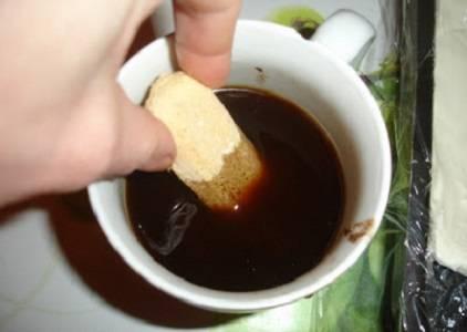 """4. Сварите чашку натурального кофе, добавьте по вкусу немного ликера (ром или коньяк, например). Остудите. Обмакивайте в кофе поочередно """"Савоярди""""."""