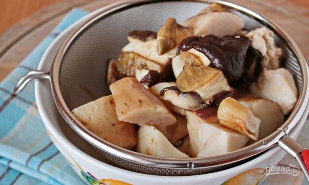 Лучше всего для этого рецепта подходят белые грибы. Если они замороженные, тогда оставьте их на ночь в холодильнике, чтобы они постепенно разморозились. Затем промойте их под проточной водой, почистите и обсушите. Нарежьте грибы крупными кусками.