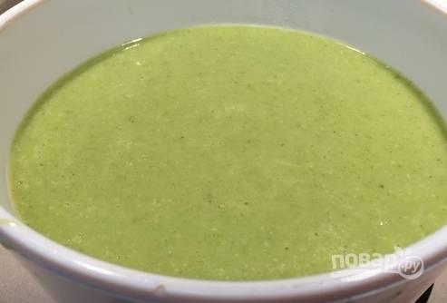3. Лук и морковь также добавьте, когда картофель будет почти готов. Мягкие овощи измельчаем блендером, после чего добавляем плавленый сыр, хорошо все перемешиваем и снова отправляем на огонь. Доводим суп до кипения и снимаем с огня.
