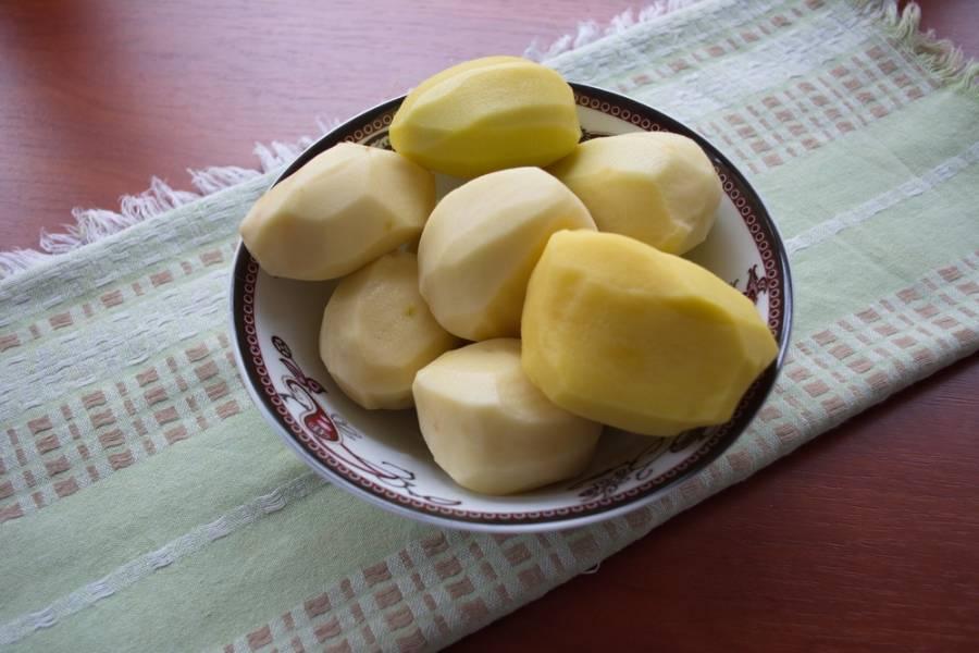Картофель по-селянски готовят разными способами. По факту это картофель, запеченный в специях. Я предлагаю его приготовить в духовке в открытом виде. Итак, картофель очистить.