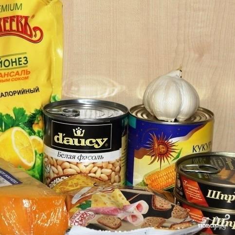Вот - нехитрый набор ингредиентов, из которых мы с вами приготовим салат из шпрот с сухариками.