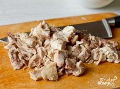 Мясо порежьте небольшими кусочками (кожу и кости удалите) и переложите в кастрюлю. Добавьте сливки, доведите суп до кипения и снимите с огня.