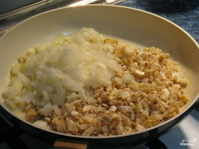 Затем выкладываем на сковороду нарезанные грибные ножки и лук и жарим до  тех пор, пока из грибов не выпариться лишняя жидкость.
