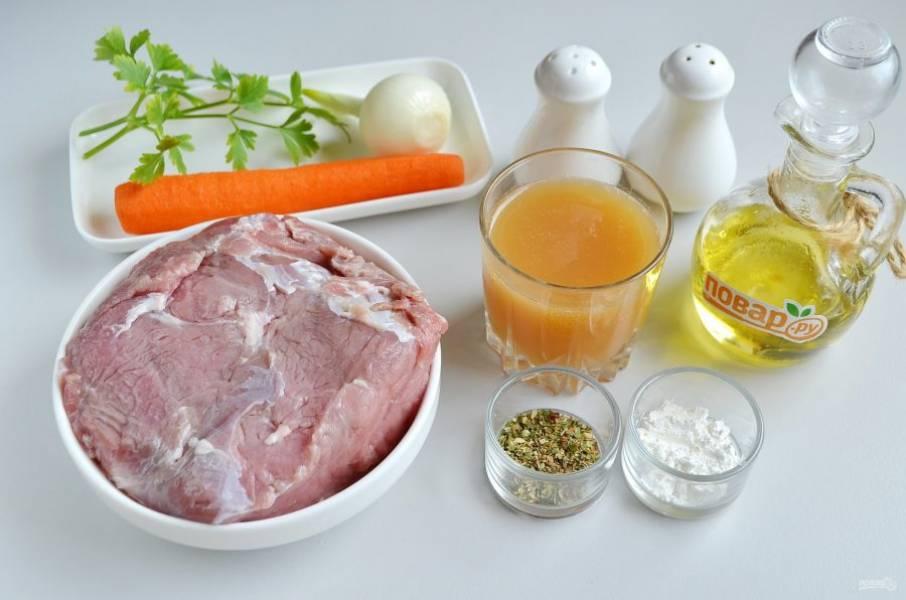 1. Подготовьте продукты, мясо вымойте, удалите пленочки, жилы. Очистите овощи. Из специй я использую для говядины прованские травы и растертый розмарин (сушеный).