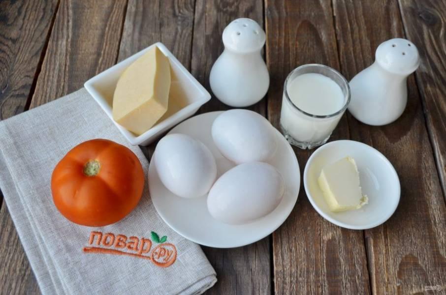 Подготовьте продукты. В зависимости от вашего аппетита на одну порцию возьмите два или три крупных яйца. Вымойте тщательно яйца и помидор. Приступим!