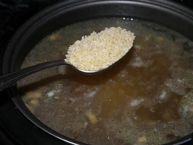 За 20 минут до готовности посолите суп, а за 5 минут добавьте макаронные изделия.