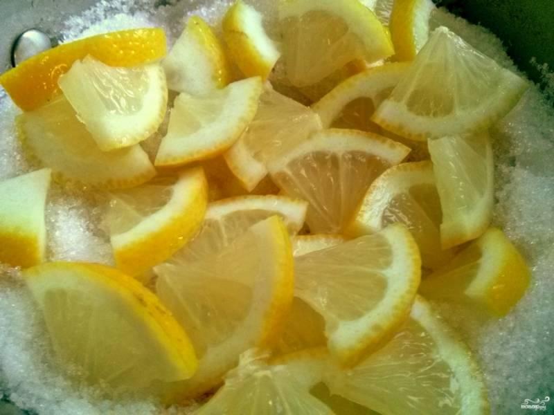 Тщательно вымойте лимон, сполосните кипятком и нарежьте его тонкими ломтиками. Засыпьте дыню сахаром, сверху выложите ломтики лимона, накройте и отставьте на несколько часов. Удобнее всего оставлять дыню настаиваться на ночь.