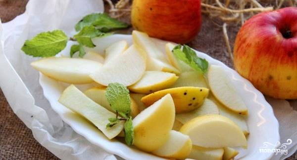 Яблоки вымойте и очистите от кожуры по желанию, но это не обязательно. Вам необходимо очистить их от сердцевины и косточек. Затем нарежьте фрукты крупными дольками.