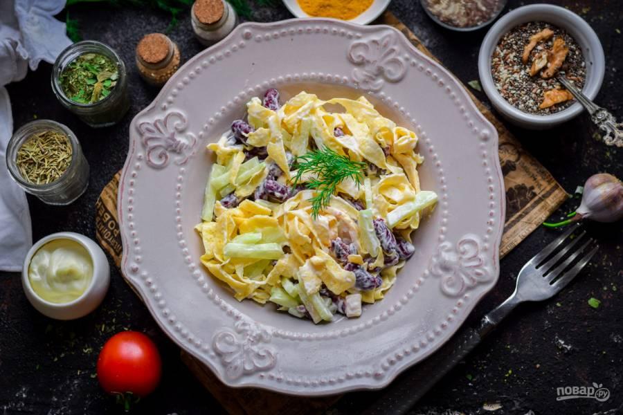Салат с фасолью и яичными блинчиками