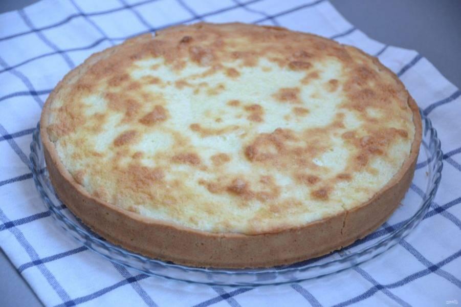 Аккуратно извлеките пирог из формы, когда он уже остынет.