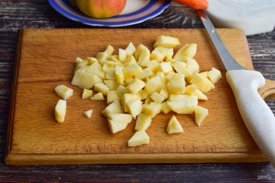 Вымойте, очистите и нарежьте кубиками яблоки.
