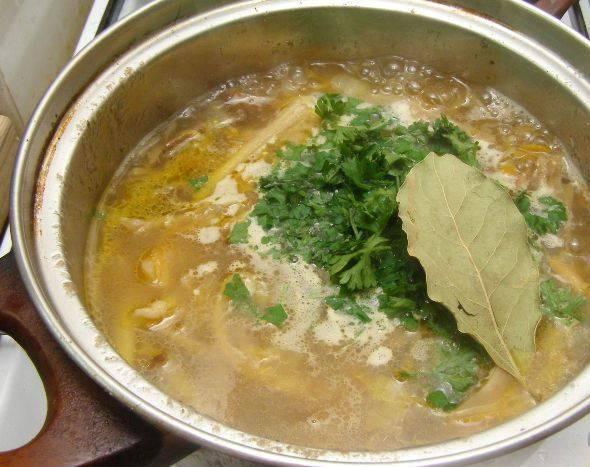 Кладем зелень и лавровый лист в суп, перемешиваем и снимаем с огня. Настаиваем под крышкой 15 минут.