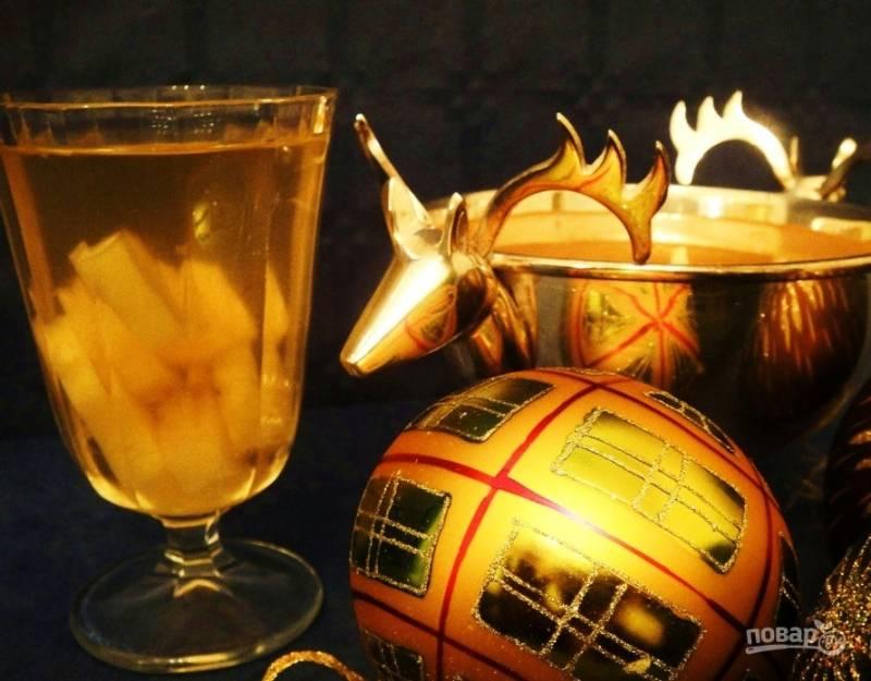 Алкогольный коктейль с ананасами и шампанским