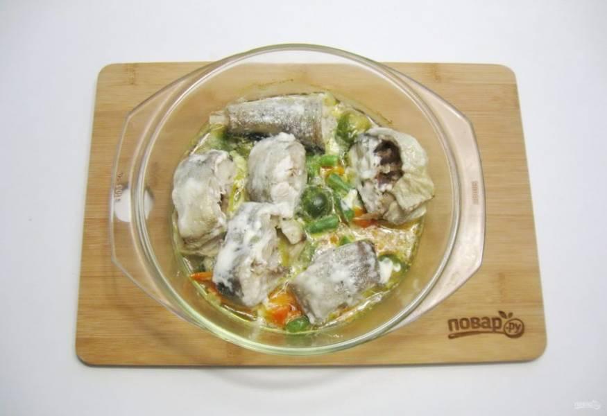 Запекайте минтая с овощами в духовке, заранее разогретой до 180-185 градусов, 15 минут с фольгой. После фольгу снимите и запекайте рыбу еще 10 минут.
