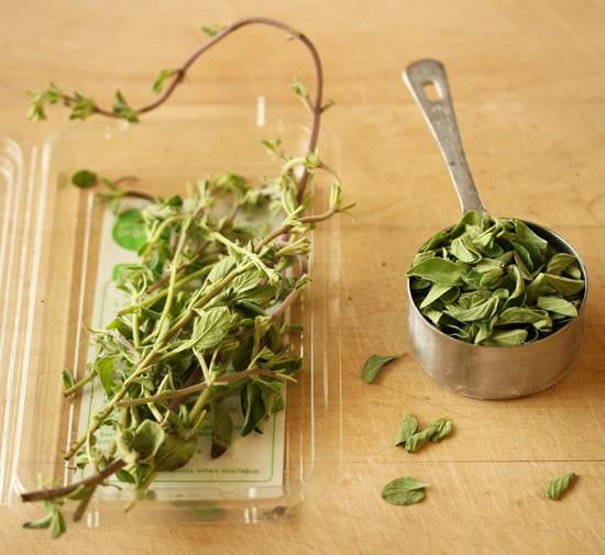 1. Для начала подготовьте зелень. Отделите листочки, вымойте их как следует и разложите на бумажном полотенце. Они должны хорошо просохнуть.
