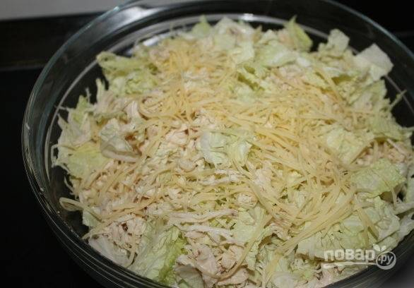 7. Соедините все ингредиенты в салатнике. Добавьте чеснок, соль и перец по вкусу.