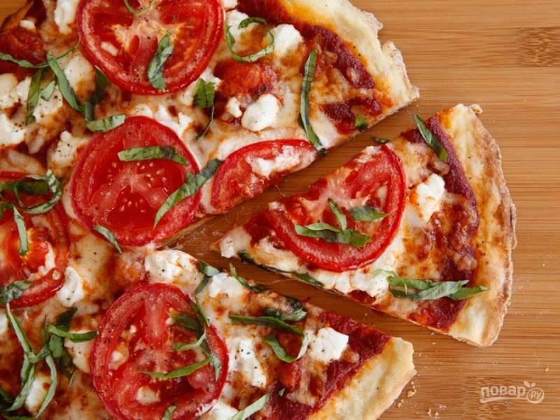 8. Подавайте пиццу с базиликом. Приятного аппетита!