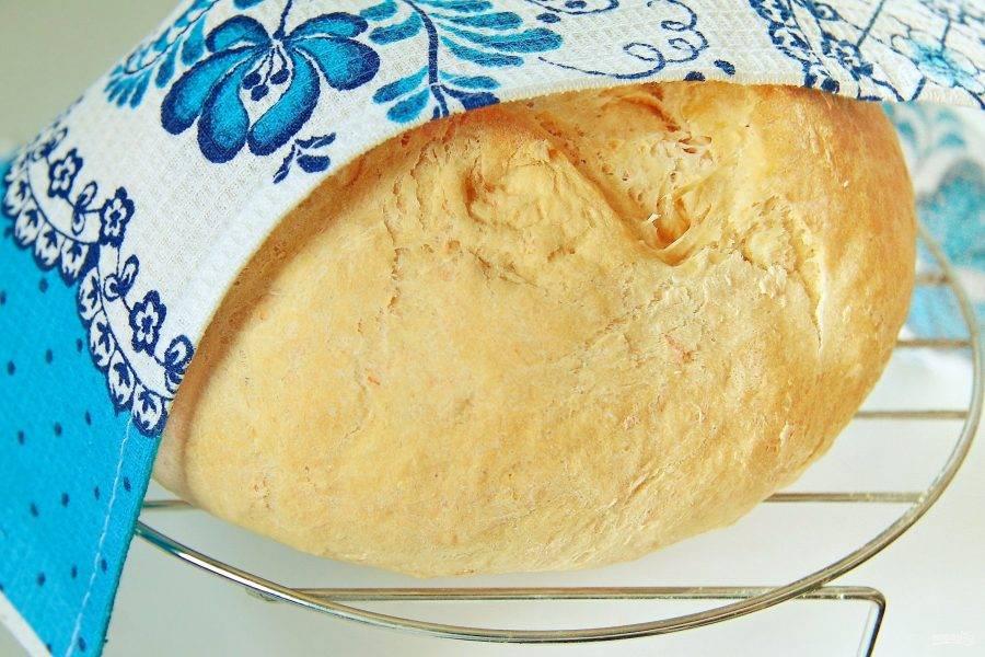 9. Накройте тесто полотенцем и оставьте примерно на 20-30 минут, после чего выпекайте при 200 градусах 30-40 минут. Домашний хлеб с томатами готов. Остудите его на решетке, накрыв полотенцем.