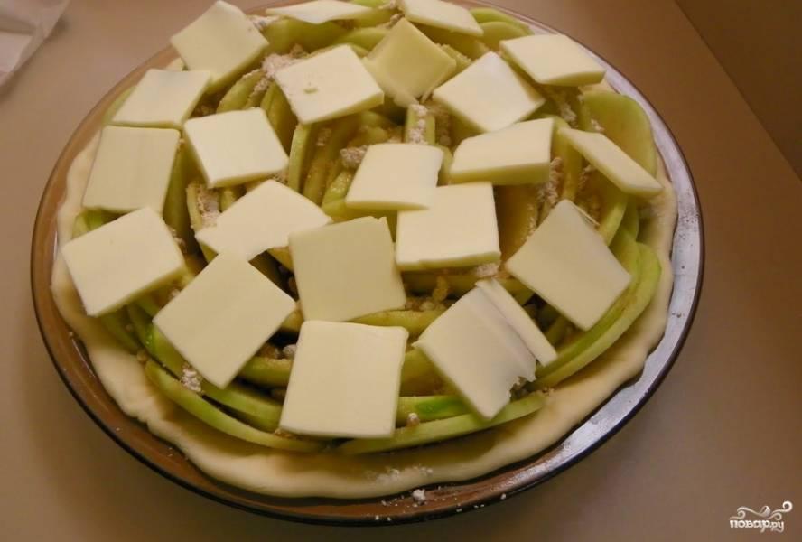 Присыпаем пирог сахаром и кладем сверху кусочки сливочного масла. Выпекаем пирог в духовке 30-35 минут, температура предварительно должна достигнуть 200 градусов.