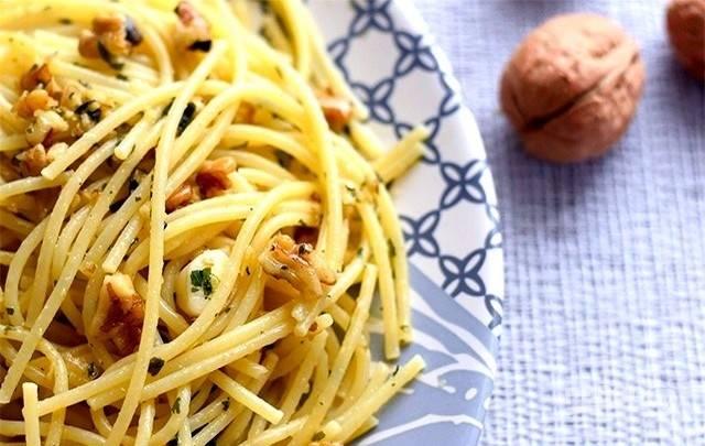 3.В сковороду добавьте процеженные спагетти, все хорошо перемешайте, прогрейте все вместе и подавайте блюдо горячим. Приятного аппетита!