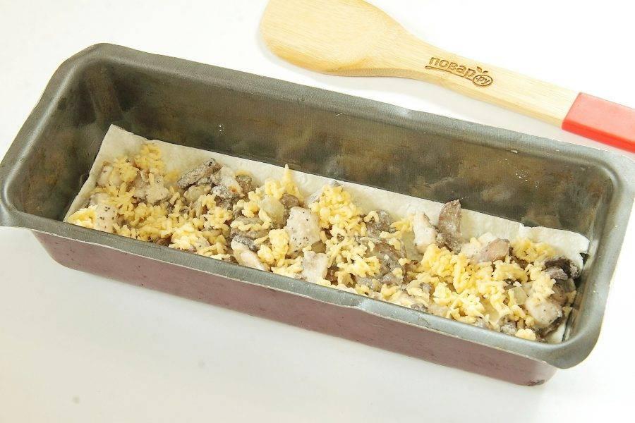 Положите сверху немного начинки и посыпьте небольшим количеством сыра.