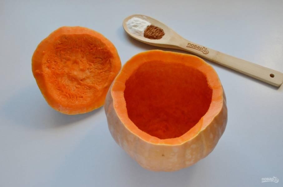 У тыквы срежьте крышечку. Удалите внутренности сначала руками, а потом чайной ложкой, соскребая верхний волокнистый слой.