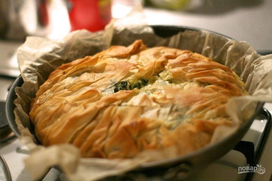 11.Отправьте пирог в разогретый до 180 градусов духовой шкаф на 20-30 минут, запекайте до румяной корочки.