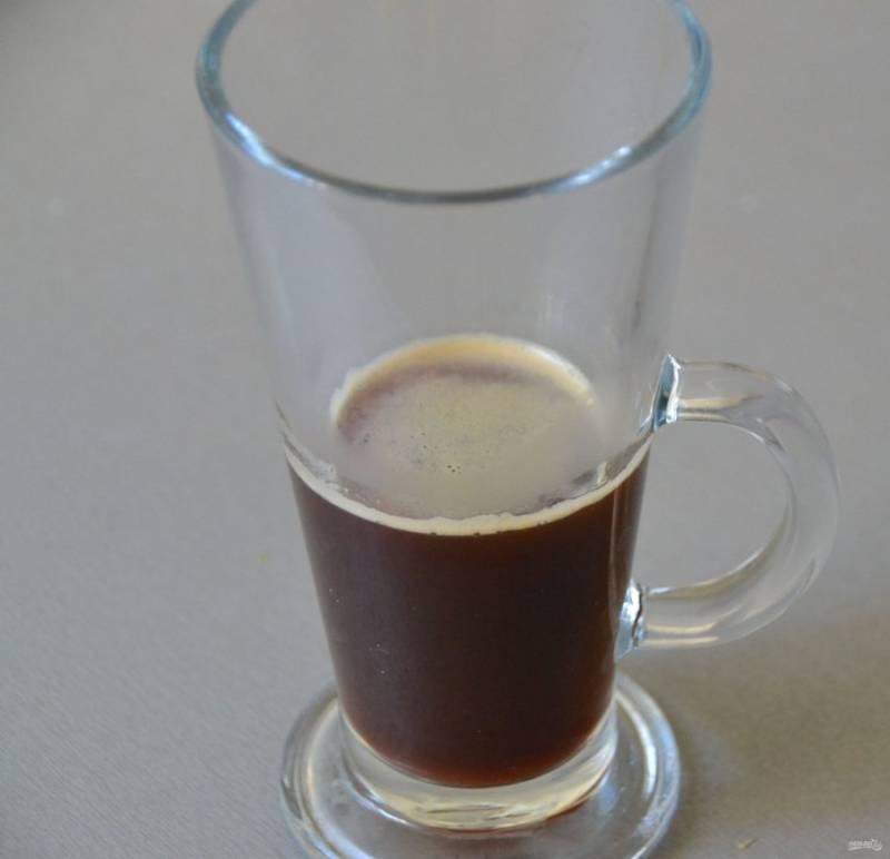 """Влейте в стеклянный стакан кофе """"эспрессо""""."""