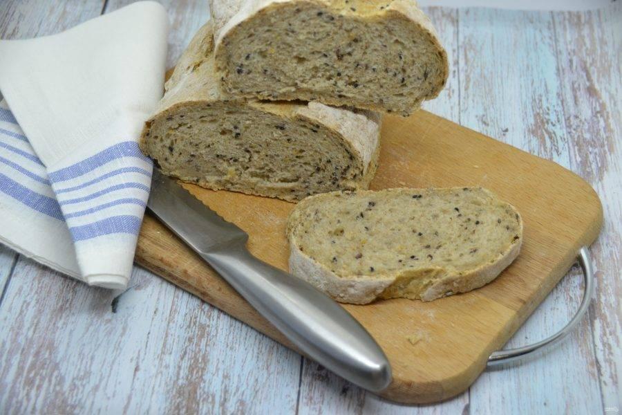 После того, как хлеб полностью остыл, его можно нарезать и наслаждаться отменным вкусом. Хлеб получился очень ароматным, с хрустящей корочкой, а благодаря зерновым добавкам, еще и очень полезным.