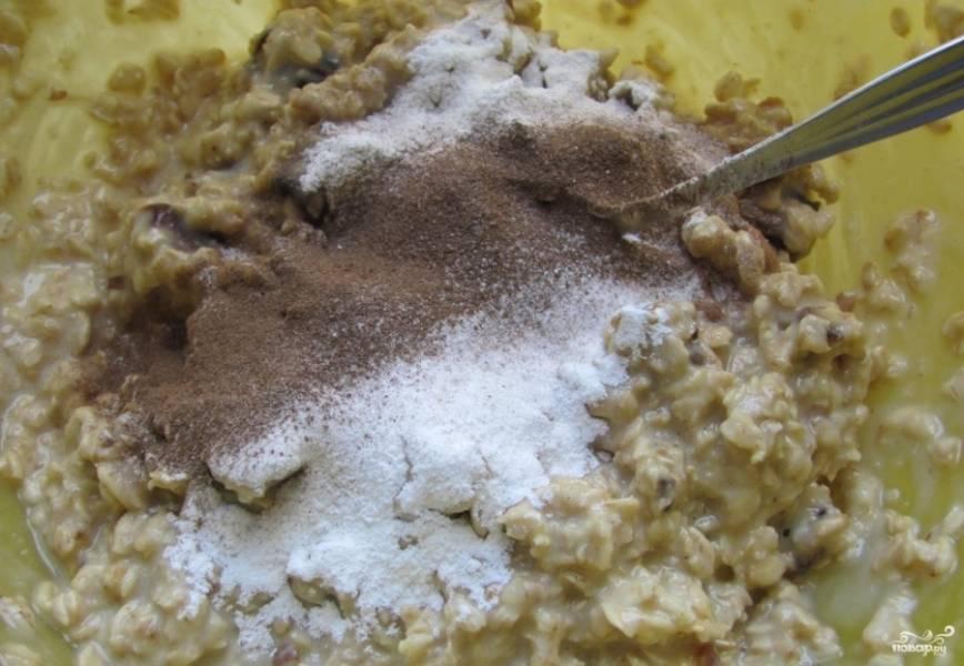 В тесто вмешайте финики. Просейте соду, крахмал и соду. Влейте масло. Замешайте тесто.