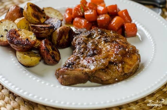 4. Когда морковь станет мягкой, а при уколе из мяса не будет выделяться розовый сок - блюдо готово! У меня мясо тушилось в итоге 25 минут на маленьком огне.