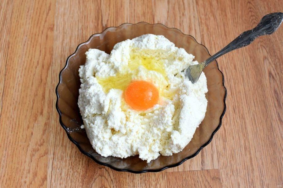 2. Смешайте творог с манной крупой и яйцом. Посолите и тщательно перемешайте вилкой до однородности. Дайте постоять в прохладном месте 30 минут.
