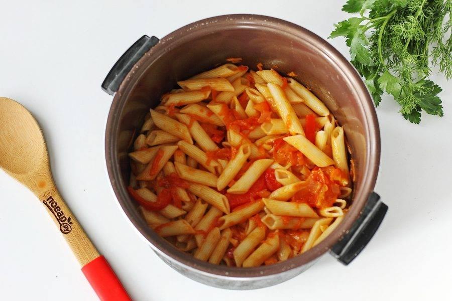 Верните макароны и все перемешайте. Если необходимо, добавьте немного соли. Прогрейте все вместе еще 5 минут.