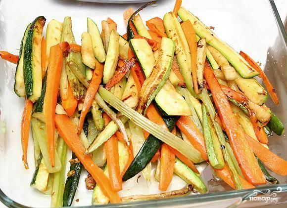 Овощи нарезаем тонкими брусочками и обжариваем в оливковом масле. При желании добавляем любимые специи.