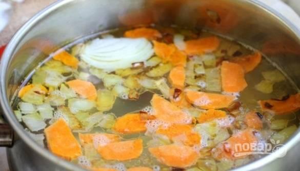 В кипящую воду добавьте зажарку, соль и приправы.