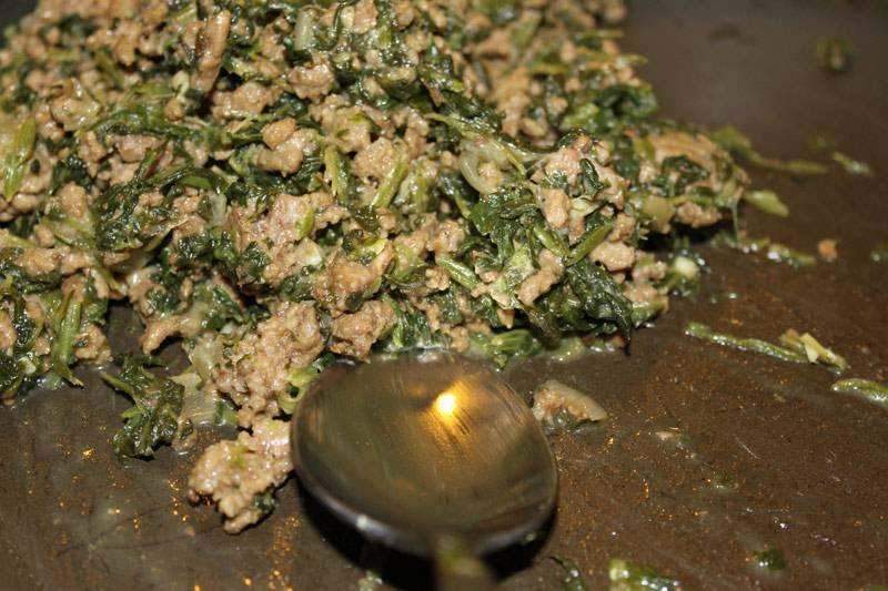 2. На отдельную сковороду налить немного масла и разогреть его. Выложить фарш и шпинат. Посолить и поперчить по вкусу и жарить почти до готовности. Рецепт приготовления каннеллони в томатном соусе можно использовать и для другой начинки - овощной или сырной, например. Готовый фарш снять с огня и остудить.
