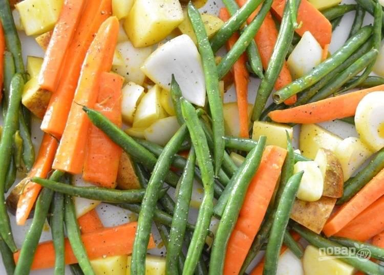 2.Выложите овощи на противень для запекания и посолите, поперчите.