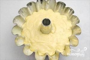 Разогрейте духовку до 180 градусов. Форму для выпечки смажьте сливочным маслом, а сверху посыпьте кукурузной мукой. Влейте тесто в форму, поставьте будущий кекс выпекаться в духовку на 50 минут.
