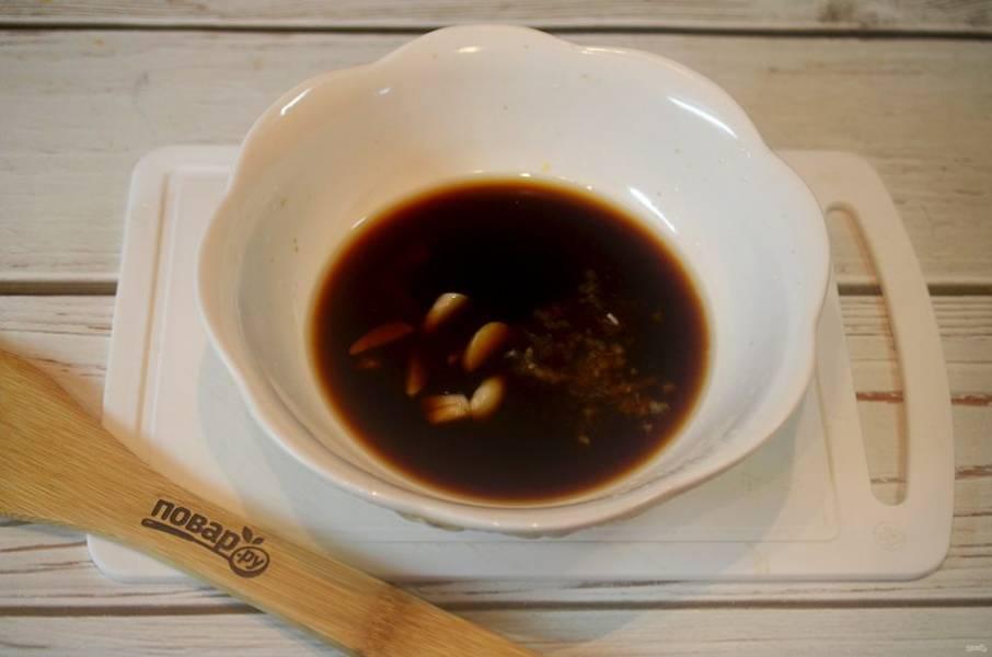 2. Добавьте нарезанный полосками чеснок и имбирь.