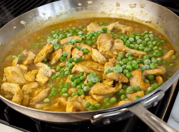 5. Отправить курицу на сковороду к луку. В данном варианте используется также зеленый горошек, который станет отличным гарниром.