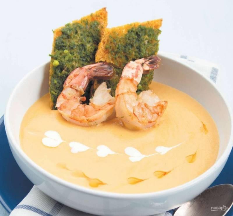 8. Наливаем часть супа в тарелку, украшаем растительным маслом или сливками (по вкусу), а  также добавляем обжаренные королевские креветки. Приятного аппетита!