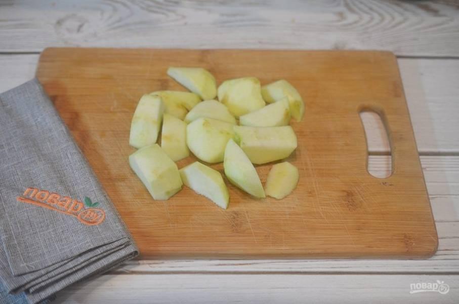 1. Яблоки почистите и нарежьте дольками.
