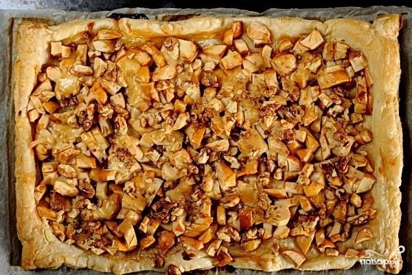 Запекайте пирог в духовом шкафу 30 минут до золотистого цвета. Горячую выпечку посыпьте корицей и подавайте с чаем.