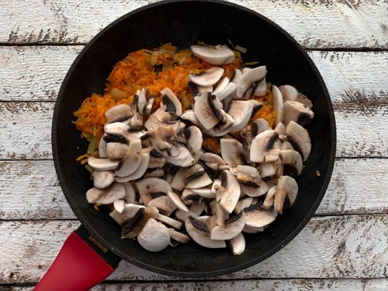 Добавьте подготовленные грибы, перемешайте и обжаривайте до готовности грибов.