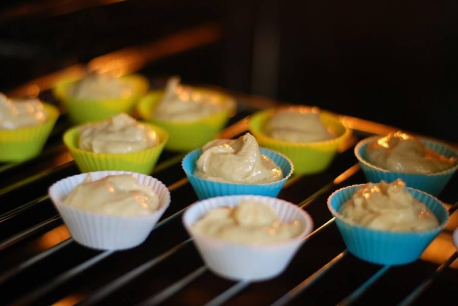 Формочки для кексов наполните тестом. Выпекайте 25 минут в разогретой до 170 градусов духовке.