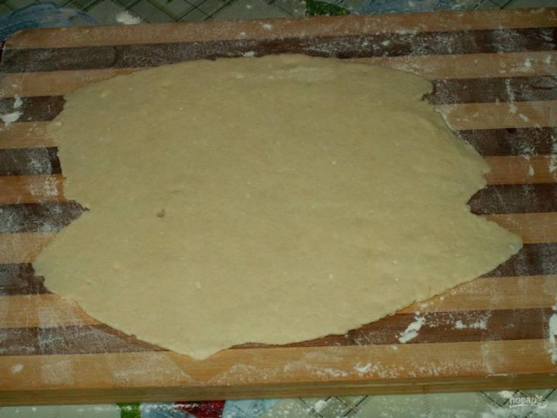8. Затем достаем тесто и делим его на части. Каждую часть раскатываем скалкой толщиной не более 3 мм.