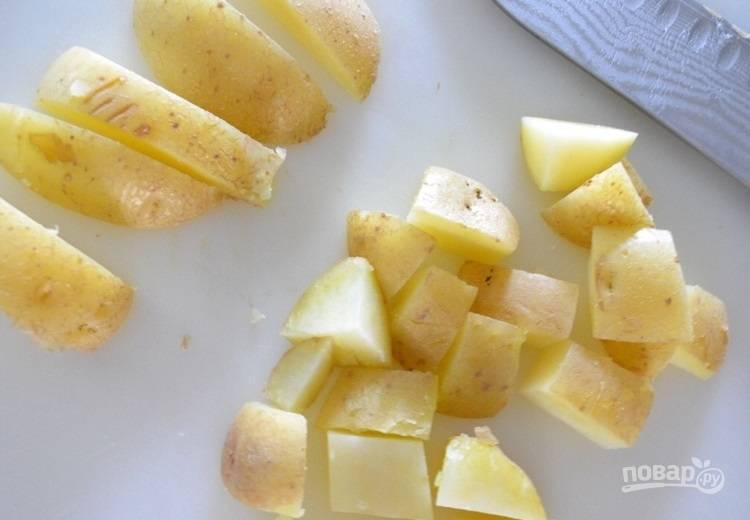 2.Выложите картофель из воды и остудите, затем нарежьте небольшими кусочками.