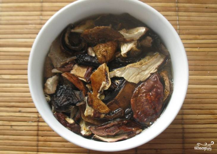 Предварительно замочите грибы на 15 минут в горячей воде.