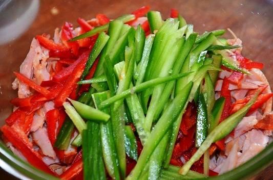 Из огурца и перца удалите семена и нарежьте соломкой в длину.