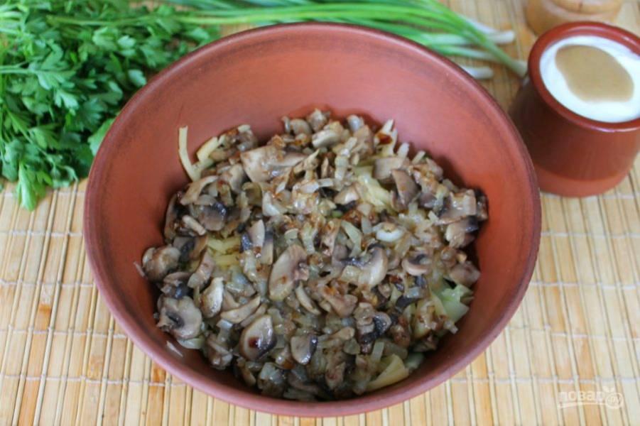 Далее, кладем в салат шампиньоны с луком.